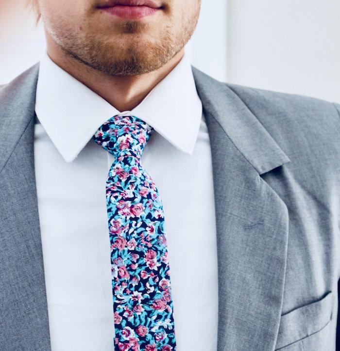 comment porter cravate avec motif fleurs colorée pour égayer un costume gris simple et sobre