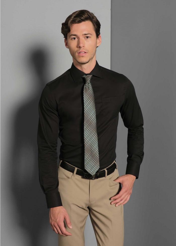 porter une cravae grise classique et longue sur chemise slim noir et pantalon chino beige