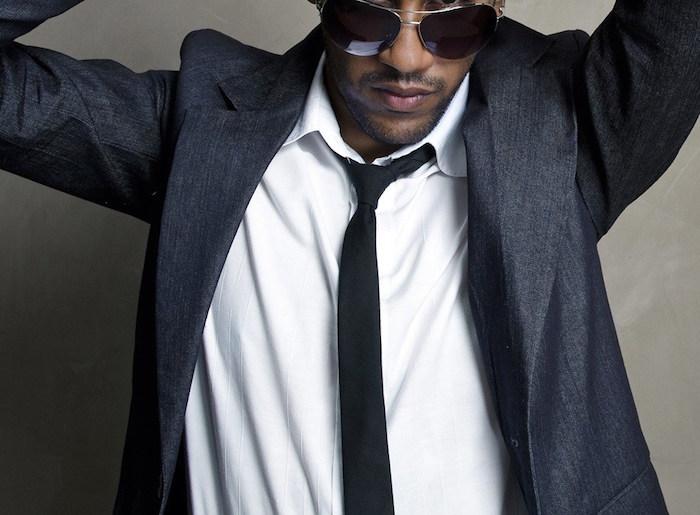 homme avec cravate bleu foncé sur chemise blanche et costume marine avec noeud windsor