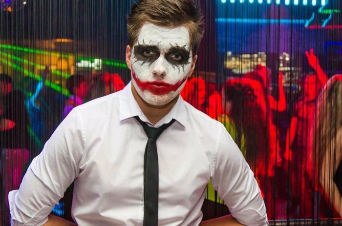 maquillage halloween simple, chemise blanche, cravate noire, lèvres rouges, cercles noirs