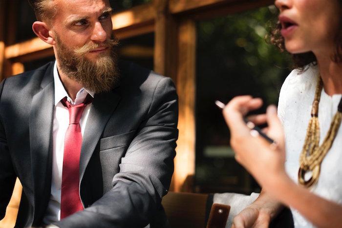 comment nouer une cravate bordeaux sur costume gris foncé anthracite avec petit noeud simple pour hipster homme avec barbe longue