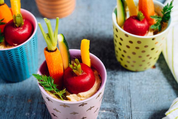 houmous dans une tasse aux légumes frais à manger avec, idée gouter enfant originale, repas individuel enfant