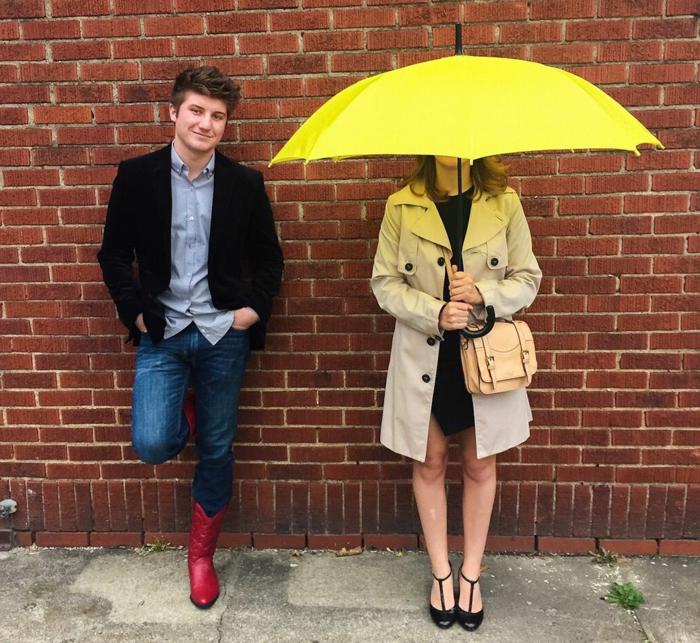 Original theme de soiree insolite, soirée déguisée, theme de party soiree, Ted Mosby et sa épouse avec le parapluie jaune