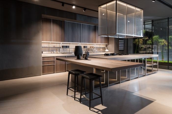 cuisine moderne aménagée en couleurs foncées avec crédence cuisine blanche, idée design intérieur tendance dans une cuisine avec îlot