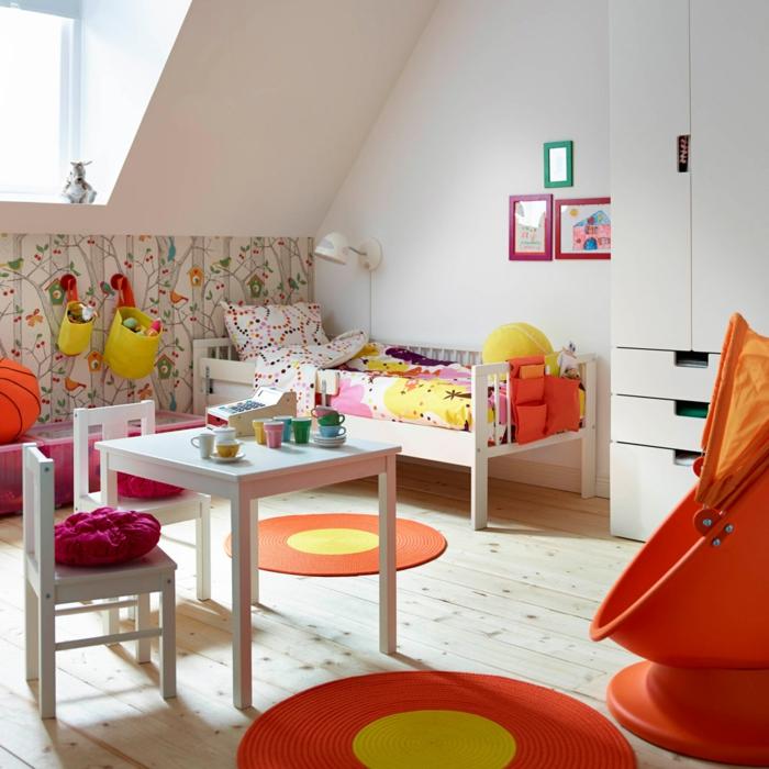 chambre blanche cosy petite fille, table et chaise enfant, papier peint forêt, cadres peintures, grande chaise cocon