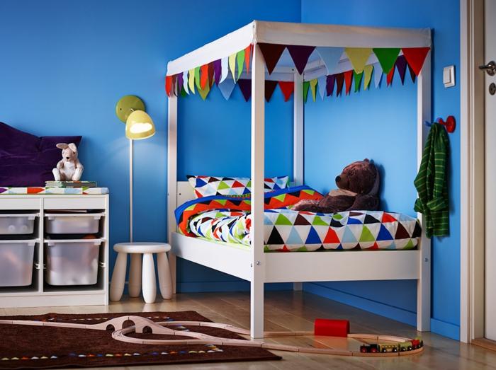 chambre 9m2 ikea, tapis marron, sol en bois, lit ikea deux enfants, ourson en peluche, tabouret enfant et applique
