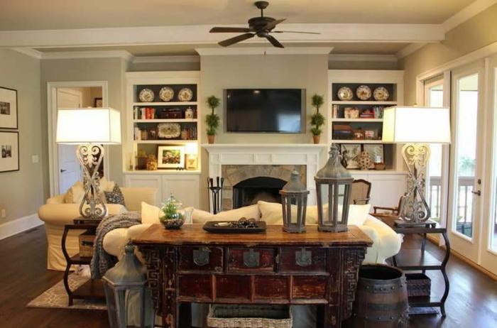 salon campagne, meuble apothicaire vintage, sofa couleur crème, étagères ouvertes blanches, ventilateur noir