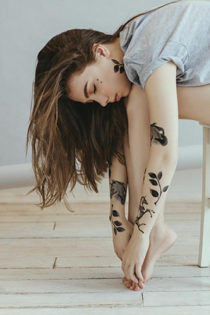 Le plus beau tatouage poignet femme, tatouage original belle photo inspiration, belle fille modèle tatouages sur les mains