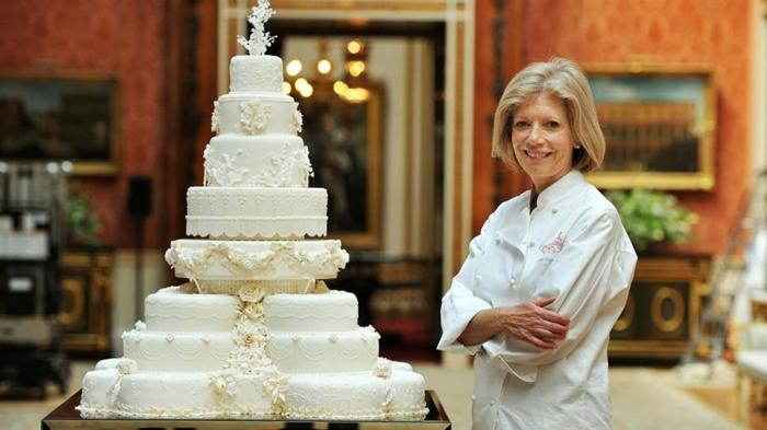 Gateau anniversaire 18 ans, le plus beau gâteau du monde, belle image de gâteau difficile a realiser, dentelle de creme de beurre blanche