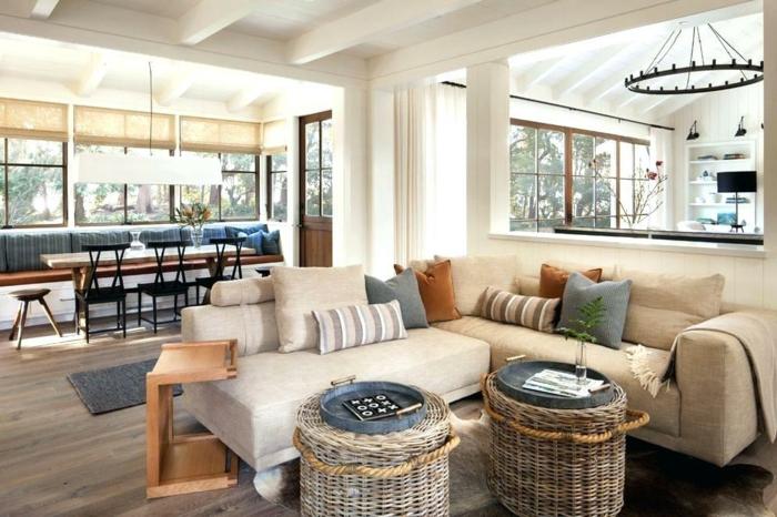 joli salon à déco campagne chic, deux grands paniers tressés, chandelier rustique, table de repas longue, intérieur espace ouvert