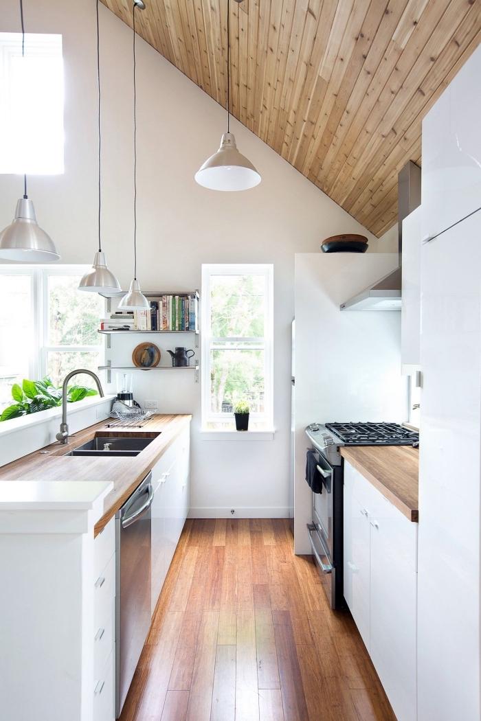 exemple de cuisine contemporaine en blanc et bois, modèle plan de travail en bois, idée cuisine en parallèle