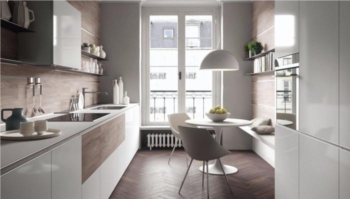 exemple agencement petite cuisine avec coin repas, quelle couleur pour un espace limité, crédence cuisine avec lambris mural