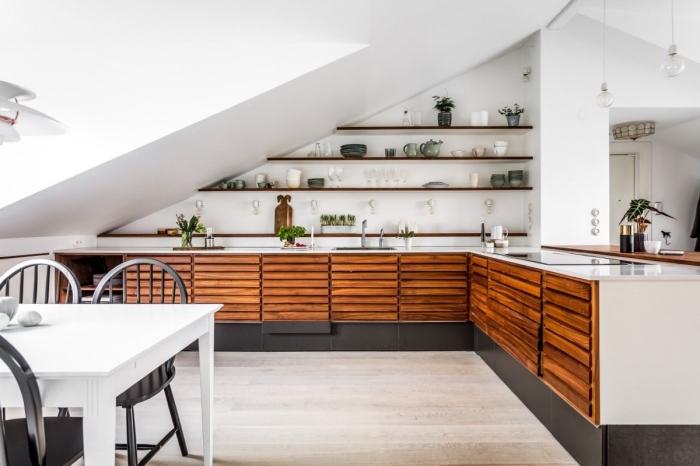 meuble de rangement mural de cuisine en bois foncé, exemple aménagement sous pente dans une cuisine en L