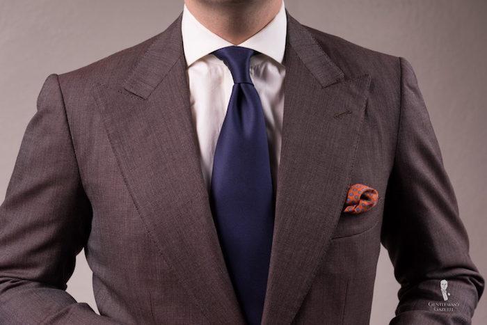 comment fare un noeud avec modele de cravate en soie bleu marine et costume gris foncé