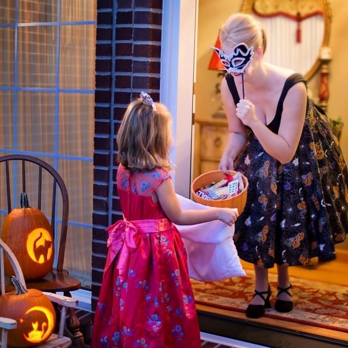 exemple de déguisement original pour enfant sur le thème la fête d'Halloween, modèle de robe noire avec masque carnaval