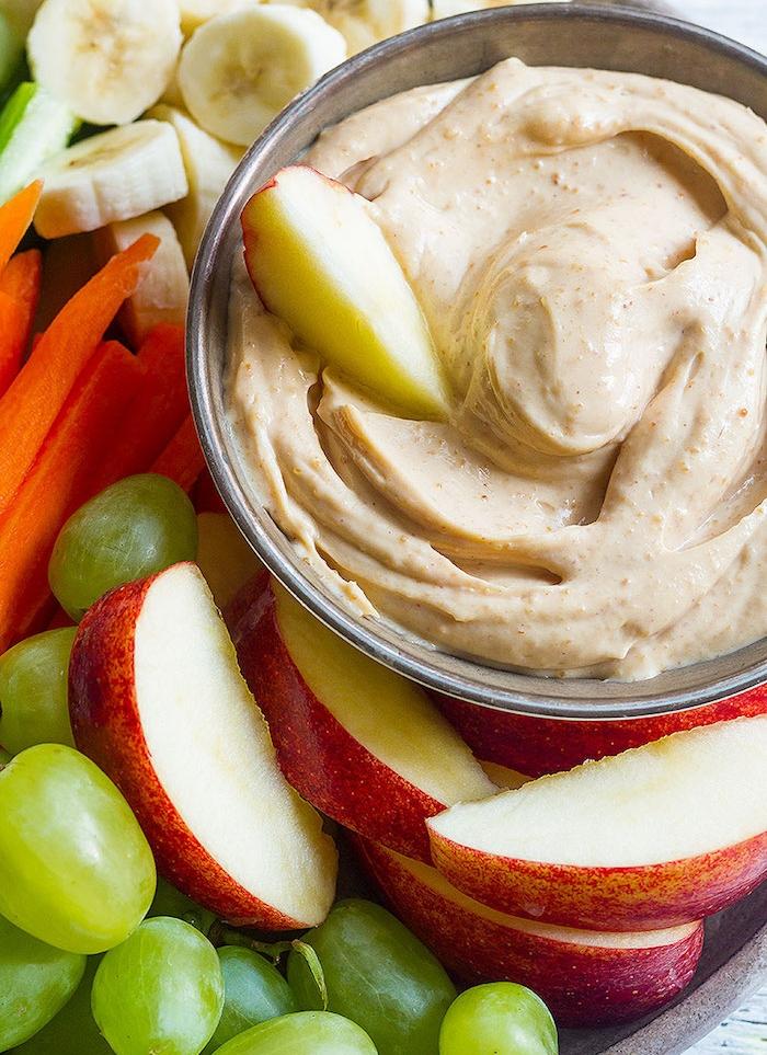 recette de sauce sucré à manger avec des fruits, beurre de cacahuètes, yaourt et miel à manger avec raisins, tranches de pomme, carotte, banane, idée repas anniversaire à partager entre amis