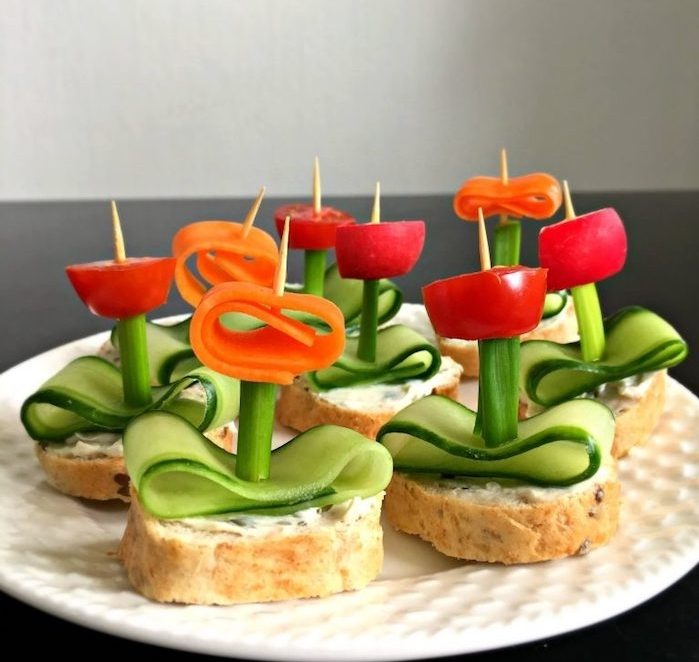idée de sandwich concombre, céleri, poivron sur un cure dent, recette anniversaire facile pour un anniversaire enfant