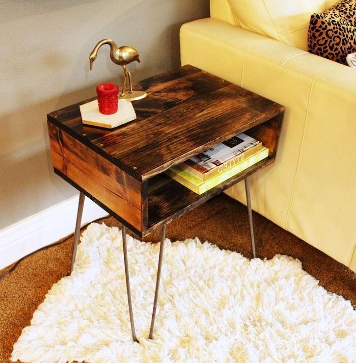 recyclage palette montée sur pieds en épingle à cheveux, tapis blanc et marron, canapé blanc, rangement interieur livres