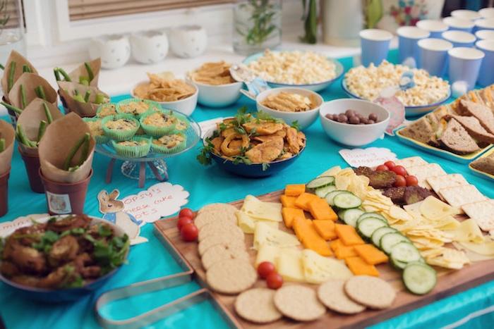goûter d'anniversaire recettes faciles et rapides, plateau de biscuits, fromages, légumes, sandwich, pop corn, chips, muffins salés