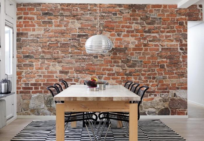 déco de cuisine en style industriel avec mur en papier peint effet briques, revêtement de sol cuisine en bois clair