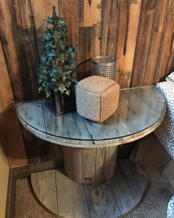 recyclage touret de bois deco pour faire une table de nuit avec plateau en verre, deco murale lambris, objets deco de noel