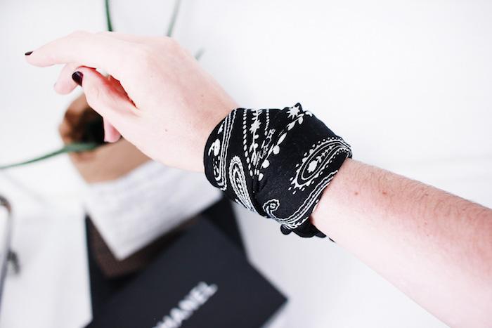 femme avec bandana noir au poignet porté comme un bracelet et idée mode avec foulard boheme
