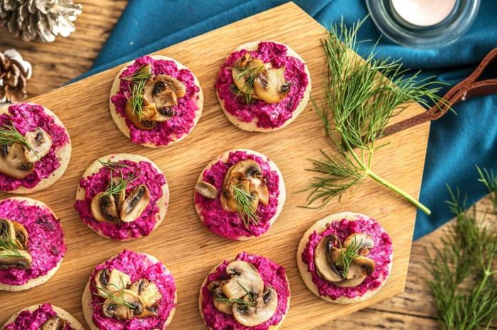 blinis au velouté de betterave, apéro de noel facile à faire et apétissant, champignons émincés, crème fraîche