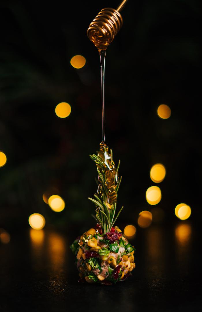 aperitif noel simple a faire soi meme, boule de fromage à la crème avec parmesan, cannelle, noix, miel et robe de pistaches, persil frais et canneberges séchées