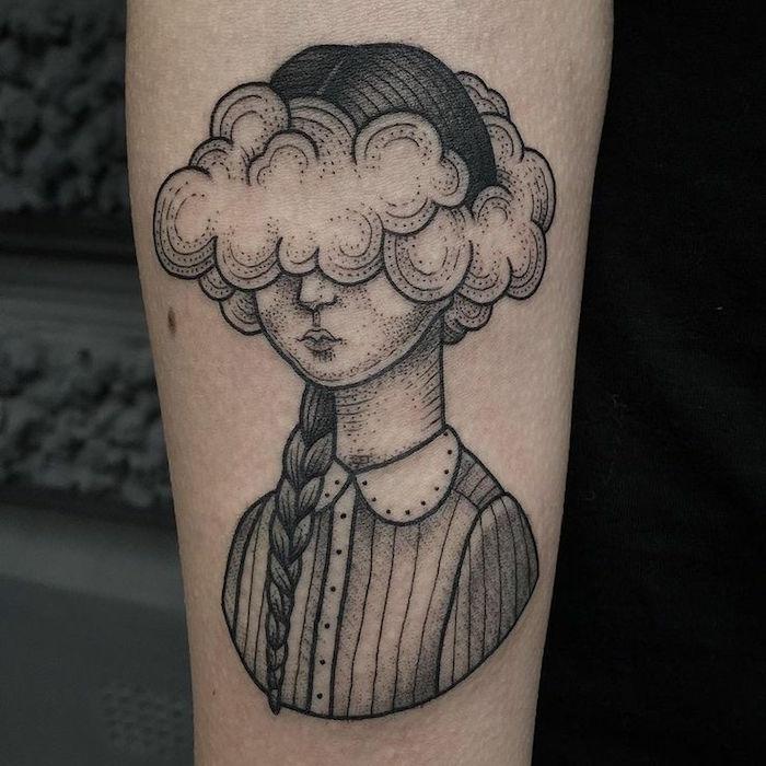 Inspiration tatouage soeur, tatouage avant bras cool idée pour se tatouer, tatouage portrait de fille avec tete dans les nuages, tatouage nuage original