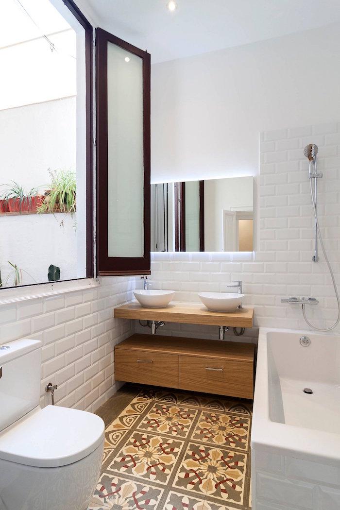aménager une petite salle de bain avec carrelage mural blanc et sol carrelée décoré et double vasque rond et baignoire