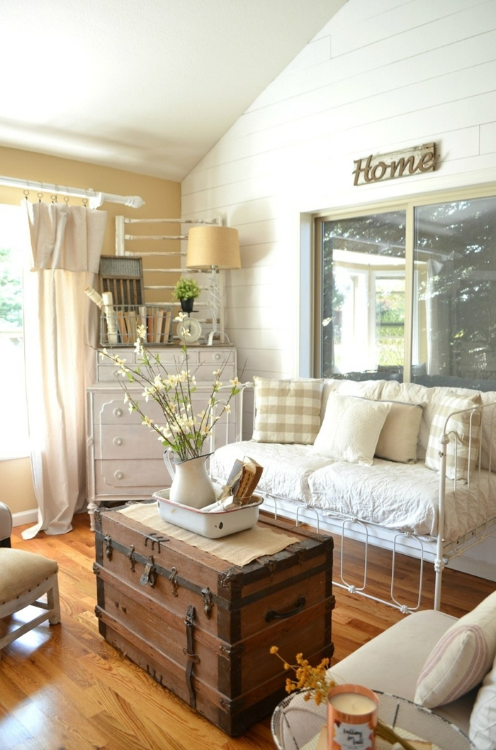 valise vintage au centre de la pièce, déco campagne esprit brocante, aménagement simple et pratique, rideau beige