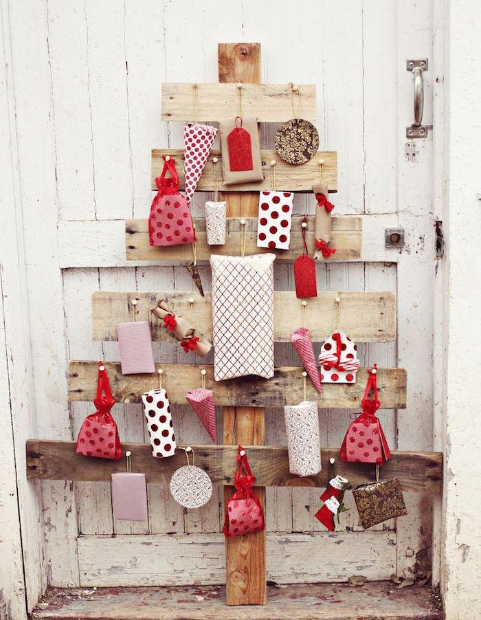 exemple de calendrier de l avent sapin bois flotté de palette avec de petits cadeaux emballés rangés dessus