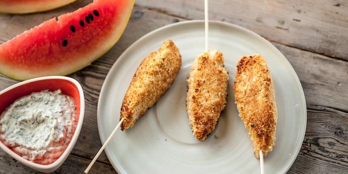 idée repas anniversaire enfant, blanc de poulet sucette avec chapelure de farine, cacahuètes servis avec sauce mayonnaise et herbes fraiches