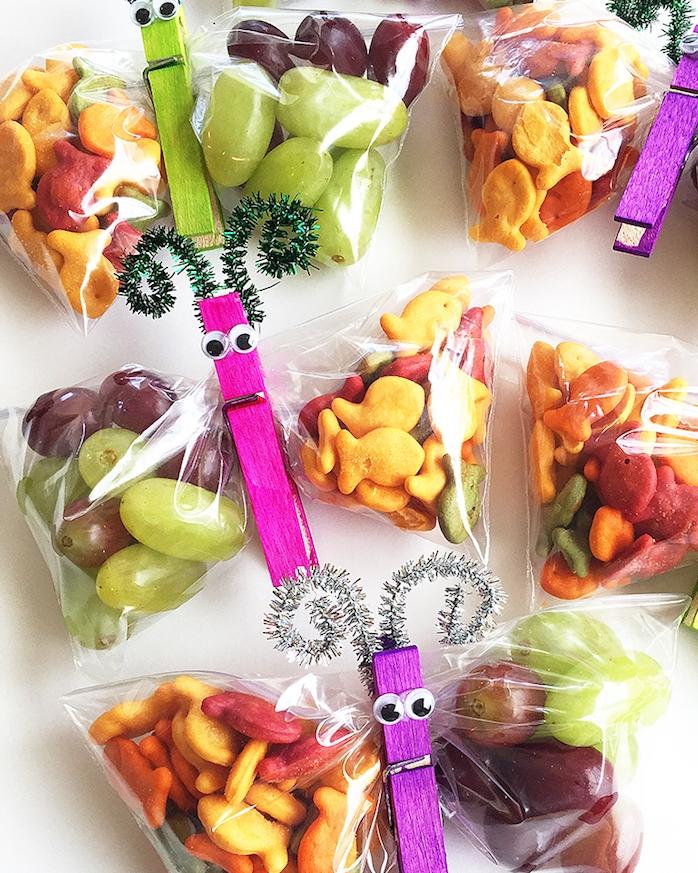 repas original enfant en papillon en pince à linge et sac plastique avec crackers, biscuits salés et raisins
