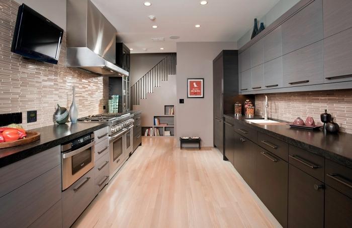 déco de cuisine moderne en couleurs neutres et bois, exemple cuisine en parallèle avec meubles foncés et plafond blanc