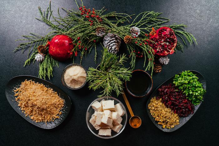 ingredients necessaires pour faire des boules de fromage aux noix avec nappage de canneberges séchées, pistaches et persil