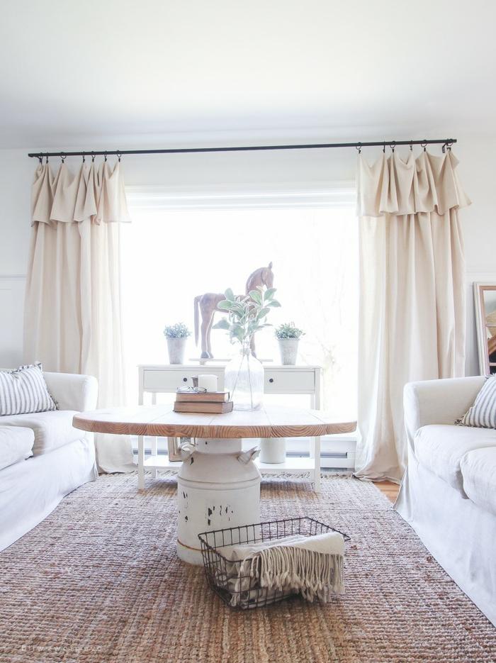 petit salon déco campagne esprit brocante, tapis authentique, table diy impressionnante, plateau en bois, rideaux beiges, meuble vintage peint blanc