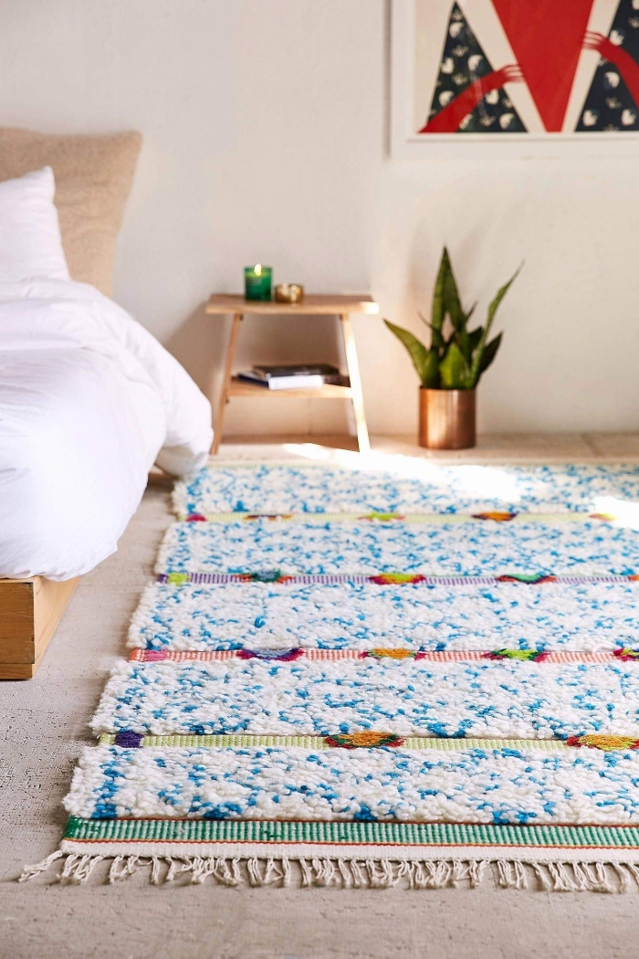 aménagement chambre ado en style moderne et relaxant avec meubles en bois et plante verte, modèle de tapis moelleux avec déco en frange