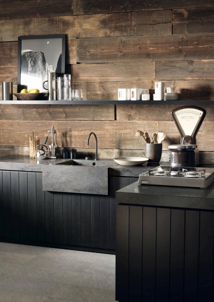 déco de cuisine en style rustique et moderne avec murs en bois bruts et meubles noirs, exemple couleurs à associer dans une cuisine foncée
