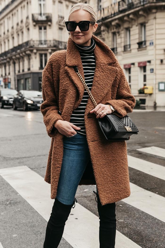 manteau classe femme, manteau teddy bear, petit sac noir, lunettes de soleil, blouse à rayures