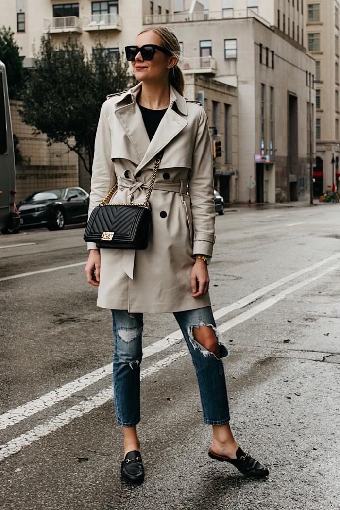 jeans déchirés bleus, sac noir carré, trench blanc cassé double boutonnière, mocassins légers noirs