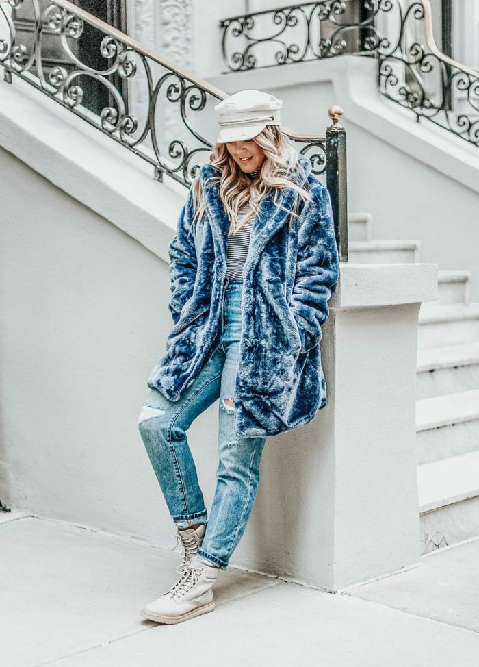 outfit d'hiver en bleu, jeans fluides, manteau fausse fourrure bleu, blouse rayée