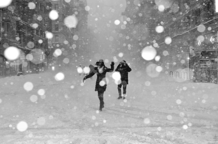 image de noel gratuite a telecharger, photo blanc et noir sur le thème neige et hiver, photo joie et rires en hiver
