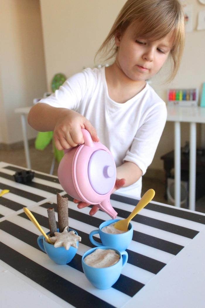 jeux de pâte à modeler, les enfants font semblant de servir une tasse de chai latte réalisé en pâte à modeler