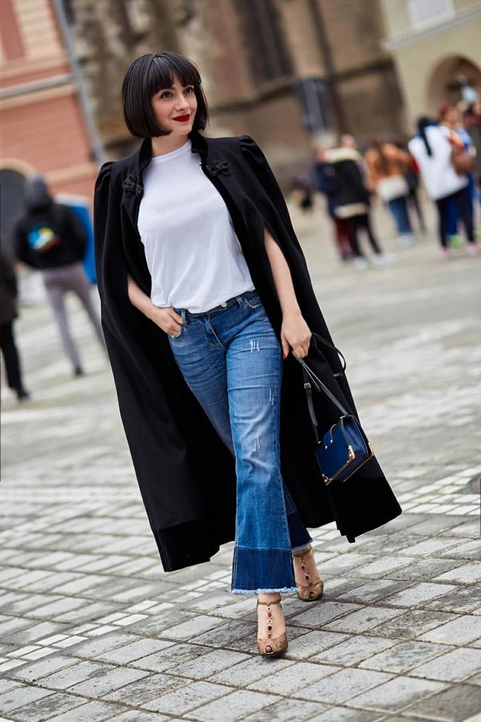 manteau cape noir en laine, jeans coupe ample, petit sac bleu, femme, carré frangé noir