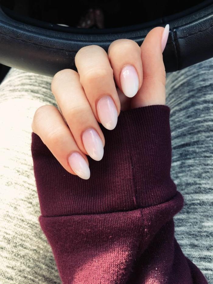 nail art acrylique ombré, forme d'ongle en amande, pull couleur burgundy, pantalon de sport
