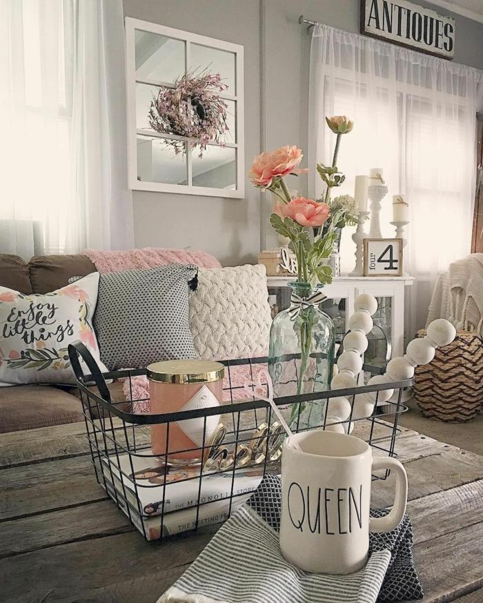 grande table en bois, panier métallique, bouquet de roses, coussins couleurs pastels, miroir fenêtre, salon déco campagne esprit brocante