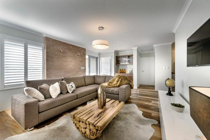 table basse bois brut, tapis gris, sofa gris, intérieur à esprit industriel, sol en bois foncé, meuble tv blanc