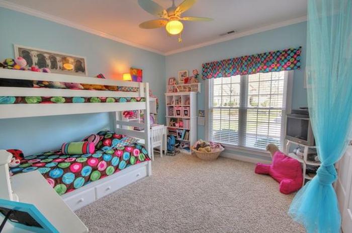 chambre d'enfants petite mais spacieuse, lit mezzanine, tapis beige, coussin de sol rose, lampe ventilateur