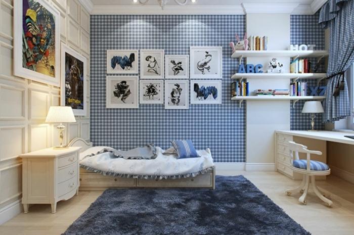 tapis bleu, bureau blanc, jolie commode baroque, mur bleu papier peint carrés, tableaux peintures, peinture abstraite couleurs vives